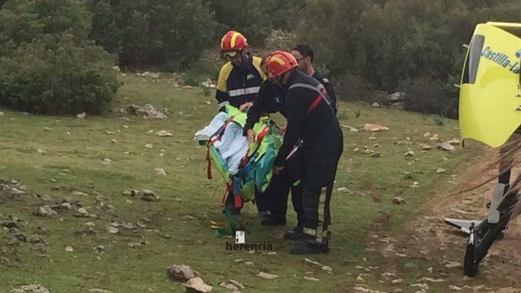 Un helicóptero del SESCAM rescata una senderista accidentada en Herencia 7