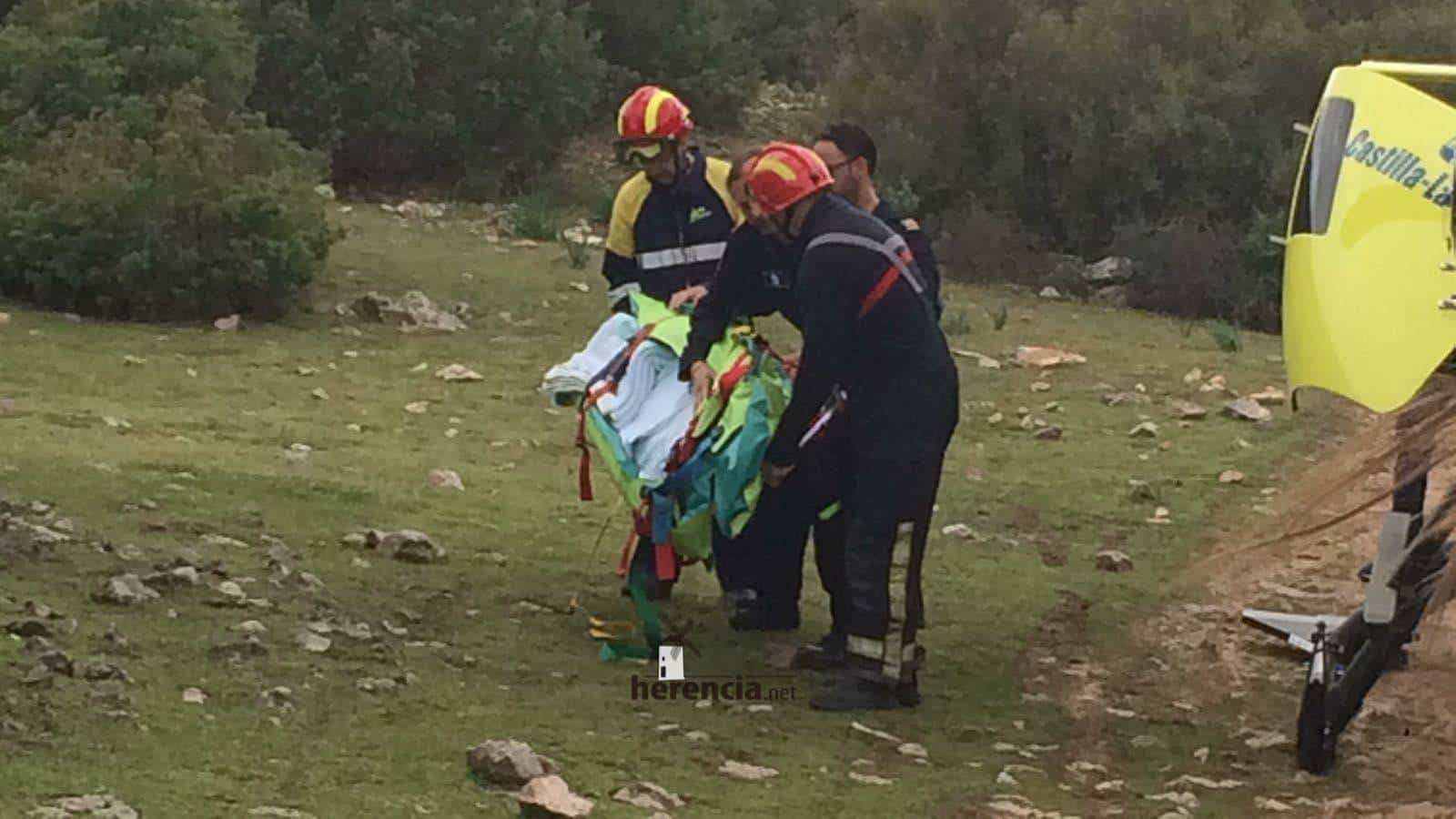 accidente pozo del agua 0001 - Un helicóptero del SESCAM rescata una senderista accidentada en Herencia