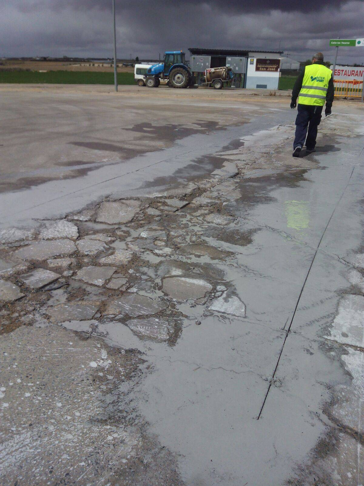 Obras para eliminar baches en el Polígono Industrial de Herencia 6