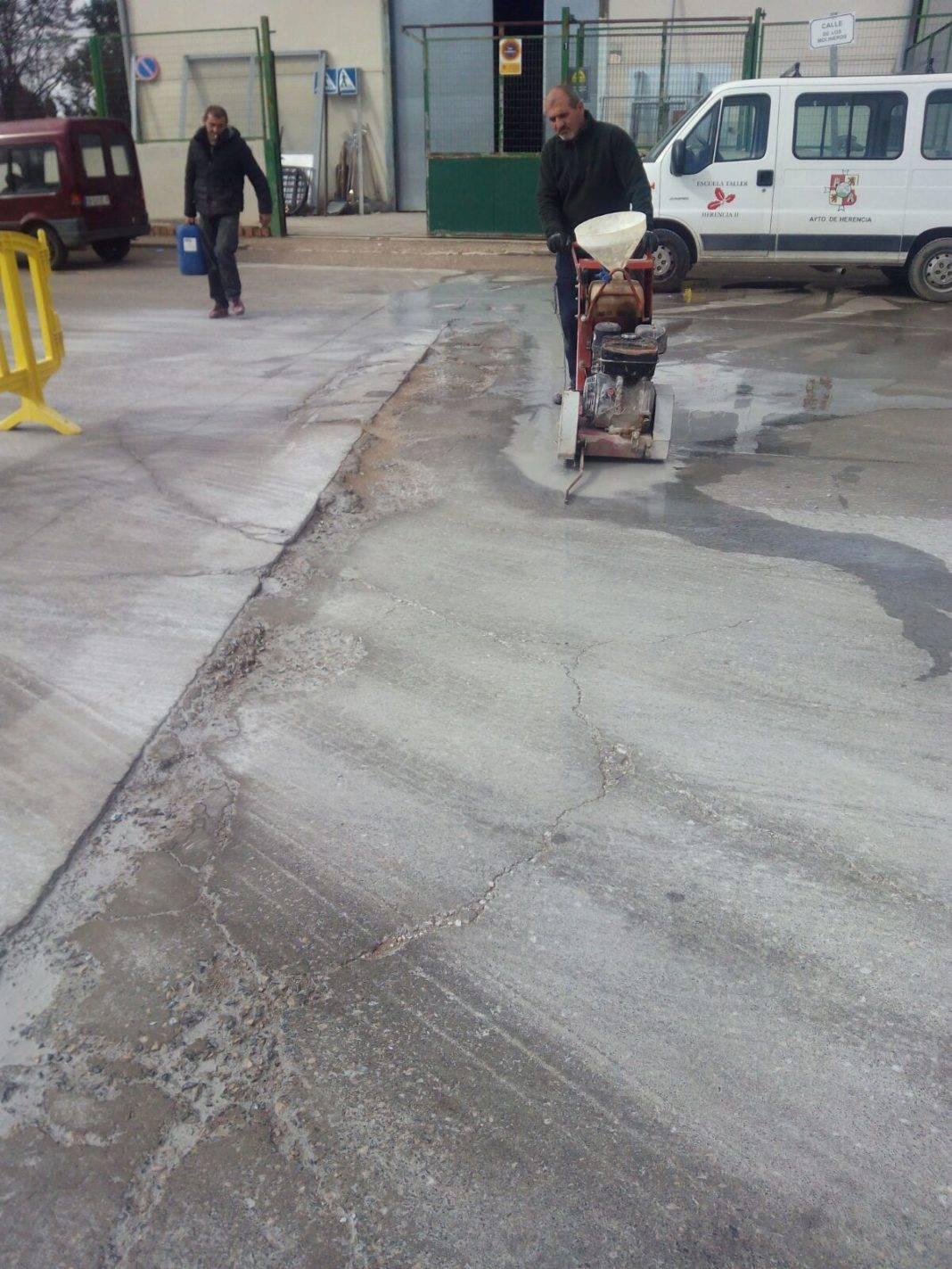 Obras para eliminar baches en el Polígono Industrial de Herencia 7