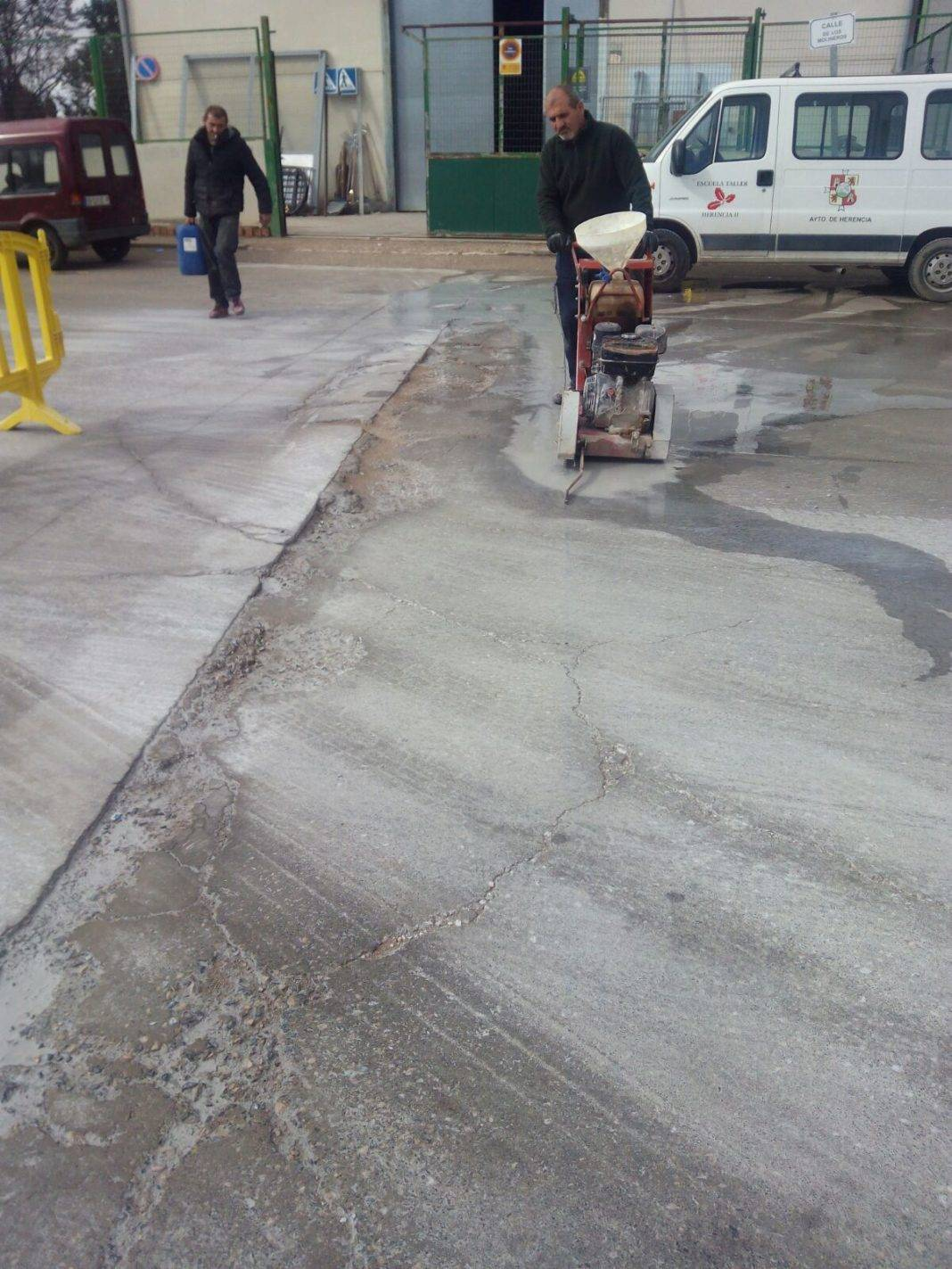 baches poligono industrial herencia 1068x1423 - Obras para eliminar baches en el Polígono Industrial de Herencia