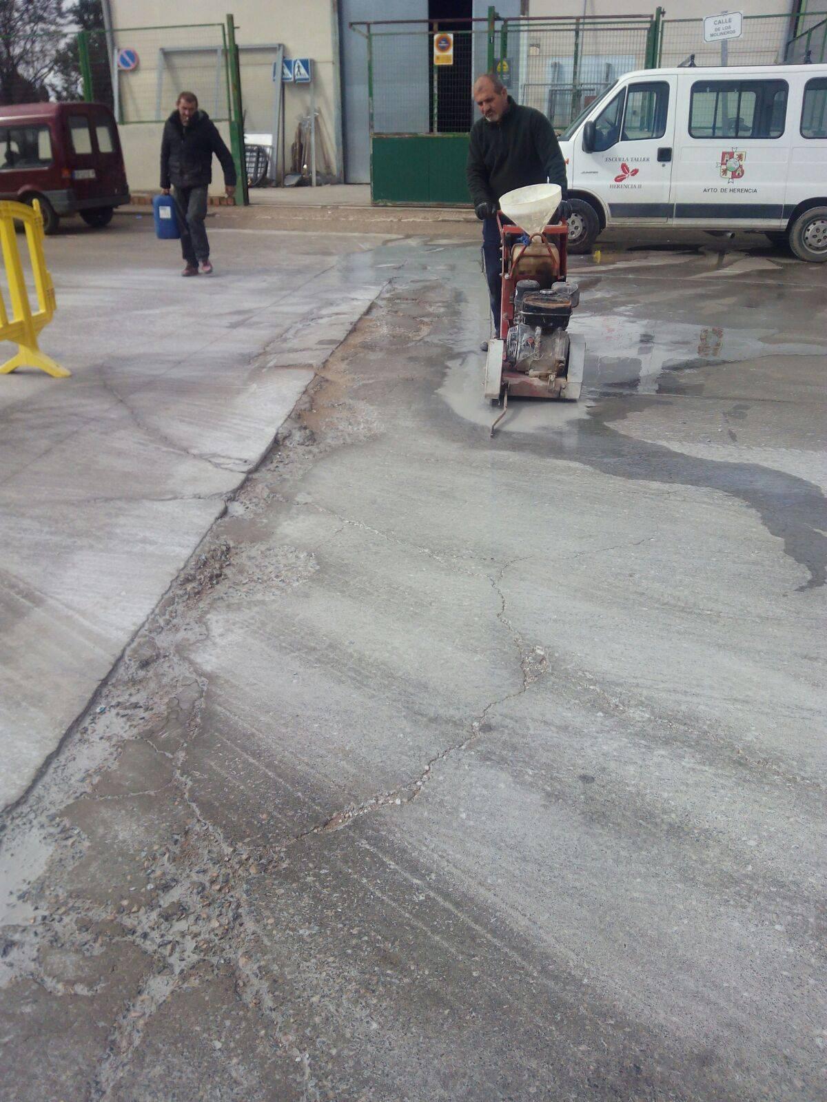 Obras para eliminar baches en el Polígono Industrial de Herencia 5