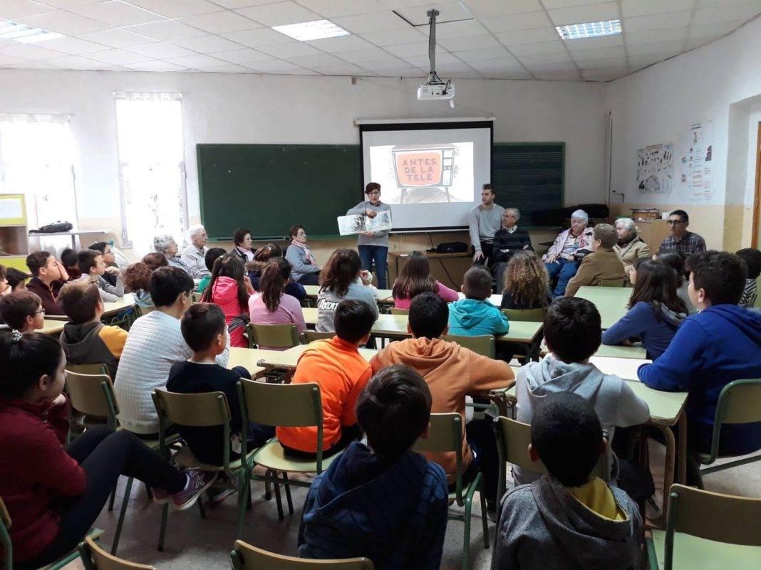 ceip carrasco alcalde mayores cuenta juventud antes de la tele 5 1068x801 - Comienza el Día del Libro en el CEIP Carrasco Alcalde