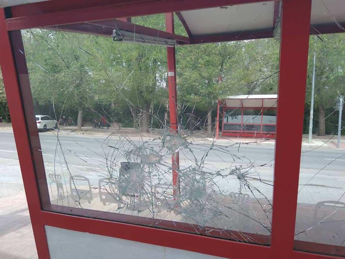 cristales rotos parada autobuses herencia 1 - Ciudadanos denuncia el estado de la parada de autobuses de Herencia