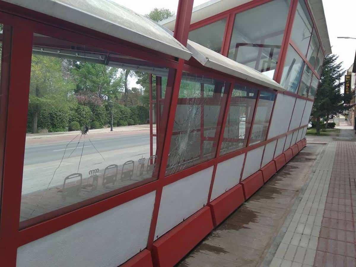 cristales rotos parada autobuses herencia 2 - Ciudadanos denuncia el estado de la parada de autobuses de Herencia