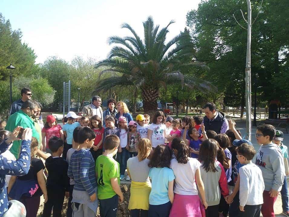 dia del arbol en herencia2 1 - Ayuntamiento y CEIP Carrasco Alcalde celebran el Día del Árbol
