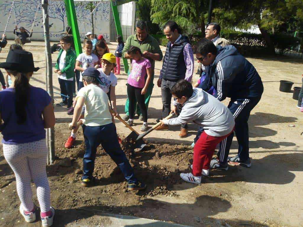 dia del arbol en herencia3 - Ayuntamiento y CEIP Carrasco Alcalde celebran el Día del Árbol