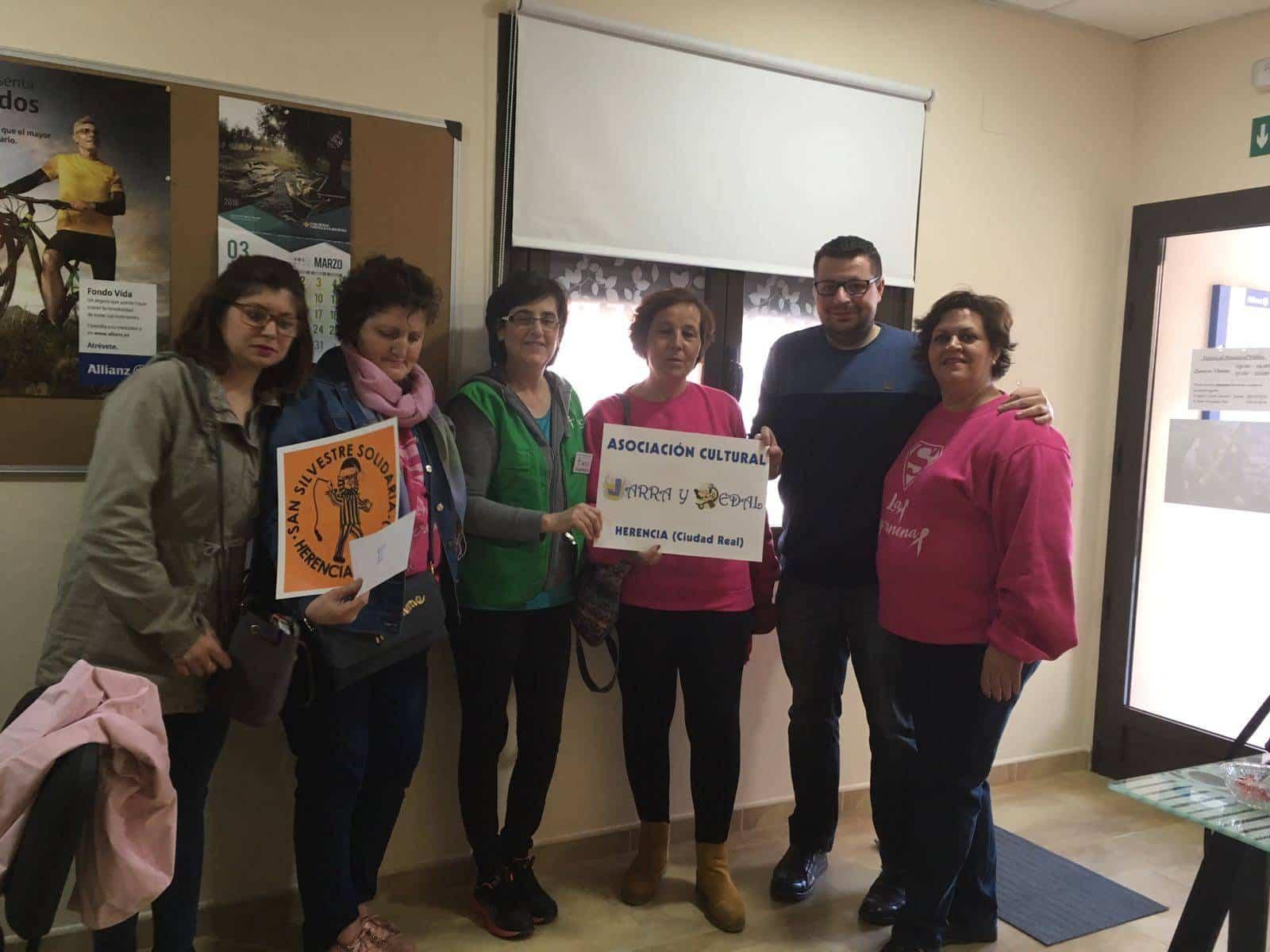 entrega dinero I San Silvestre de Herencia a Las Supernenas y asociacion contra el cancer - Jarra y Pedal entrega lo recaudado en la I San Silvestre