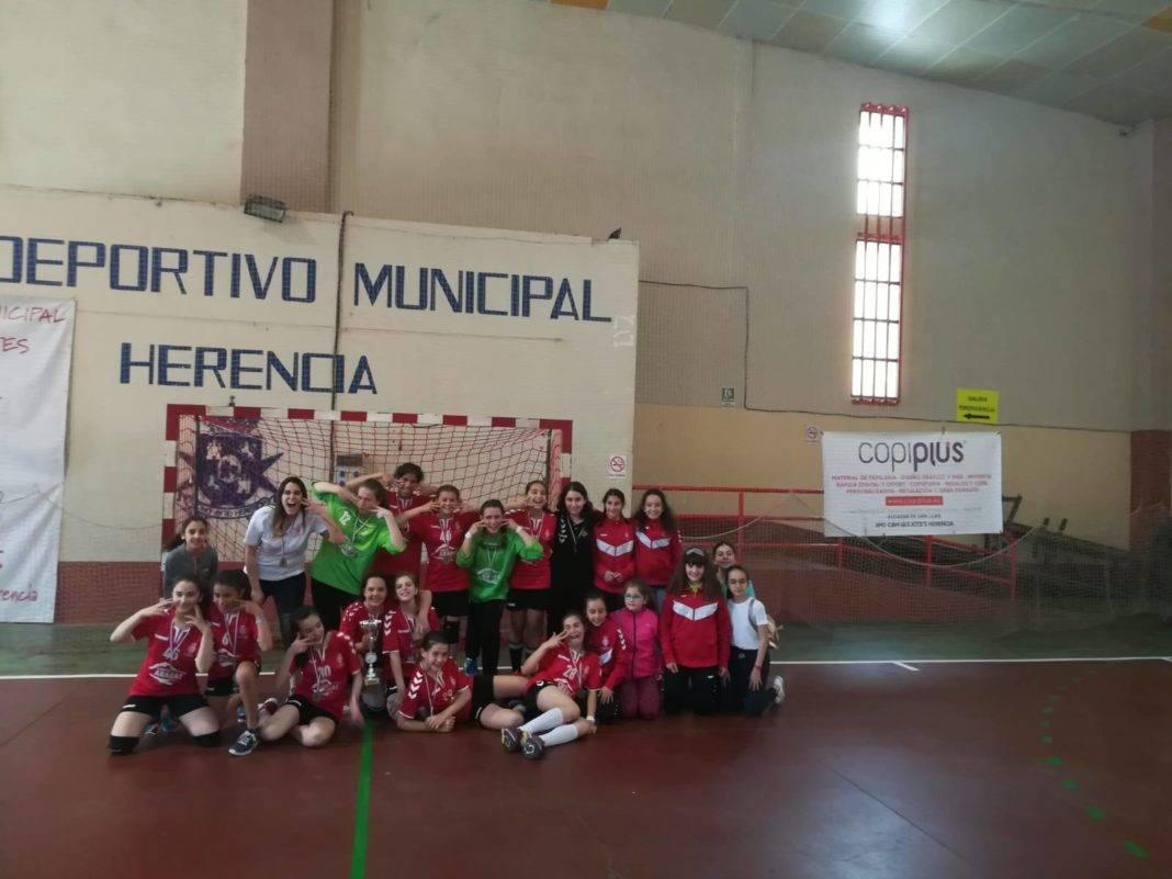 SMD BM Quijote Herencia alevinas1 1068x801 - El SMD BM Quijote Herencia alevín femenino se proclama campeón regional de balonmano