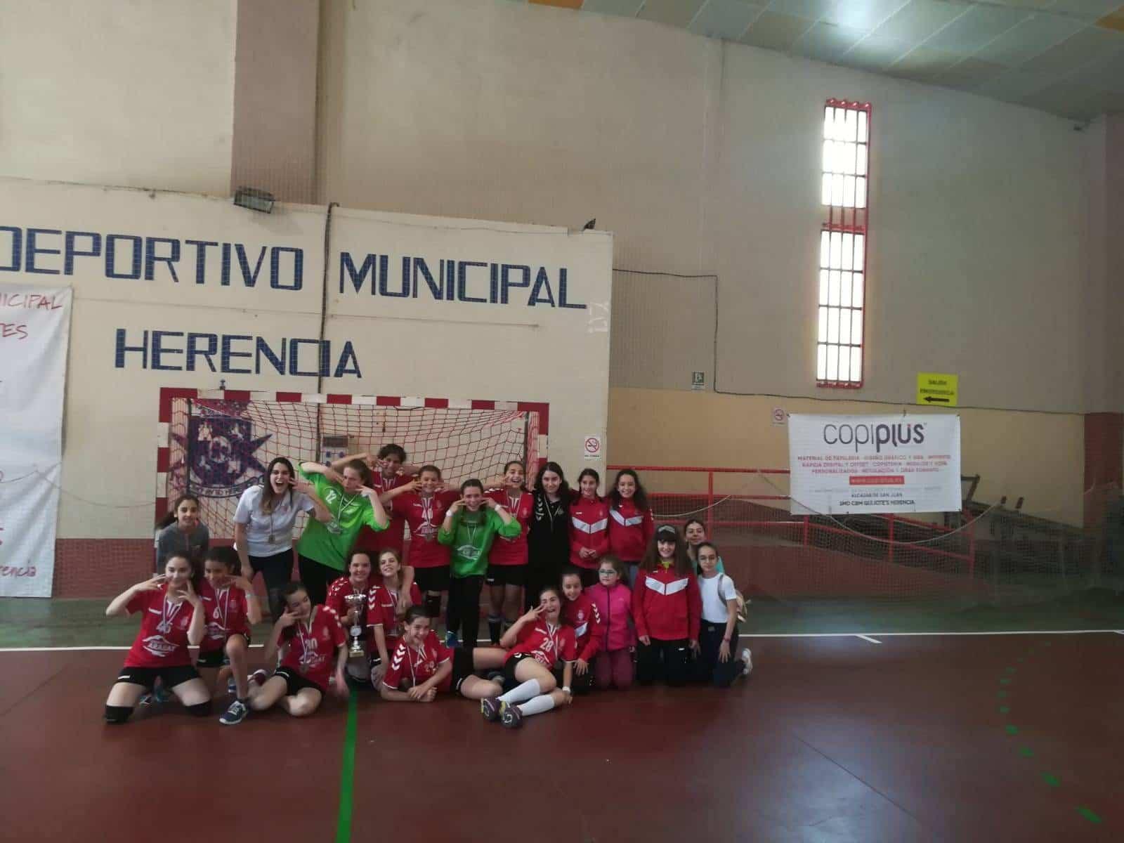 SMD BM Quijote Herencia alevinas1 - El SMD BM Quijote Herencia alevín femenino se proclama campeón regional de balonmano