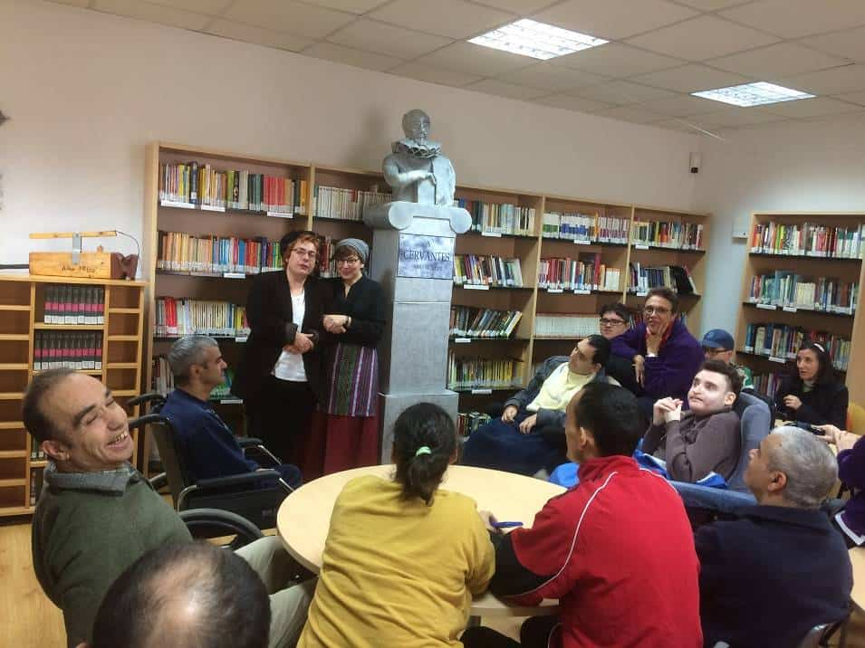 Visita Centro Ocupacional El Picazuelo a la biblioteca - El Picazuelo visita la biblioteca municipal y participa en su programa de animación lectora