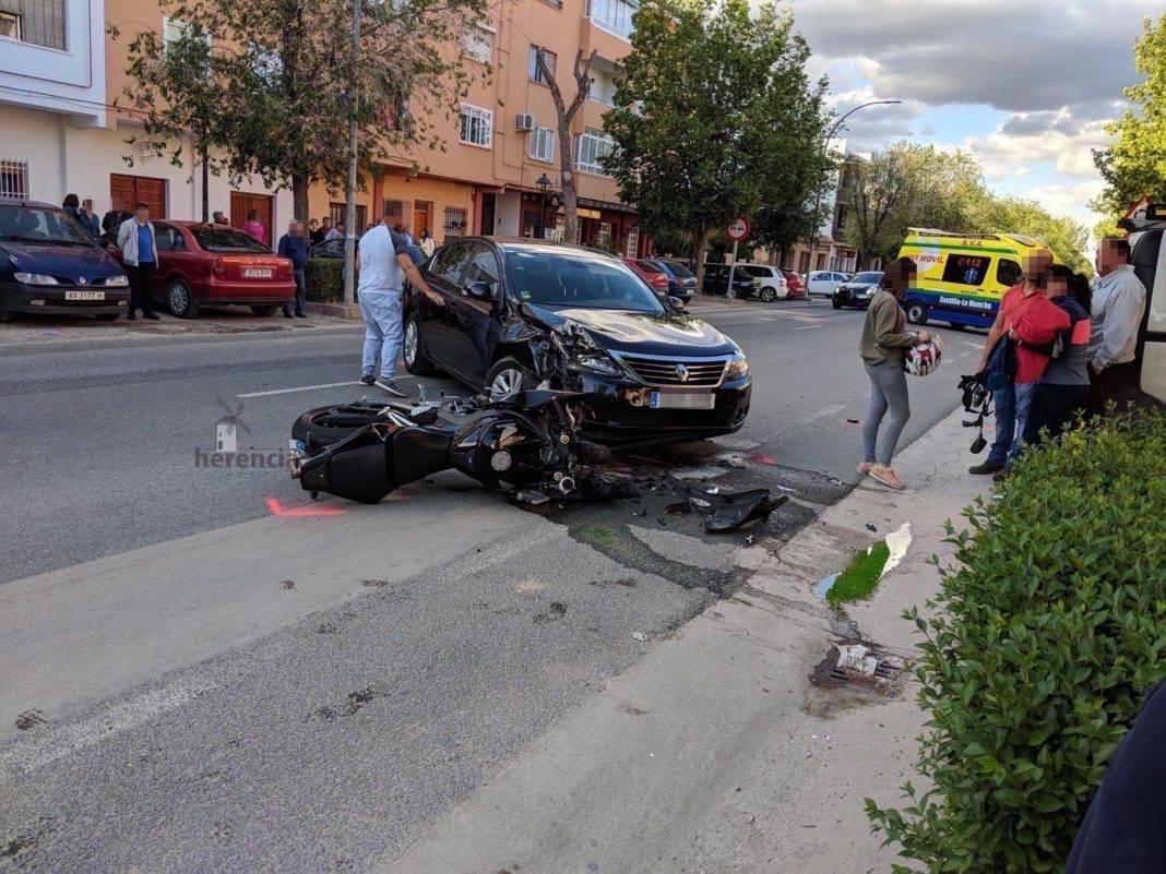 Accidente entre un turismo y una moto en la Avenida de Alcázar de Herencia 7