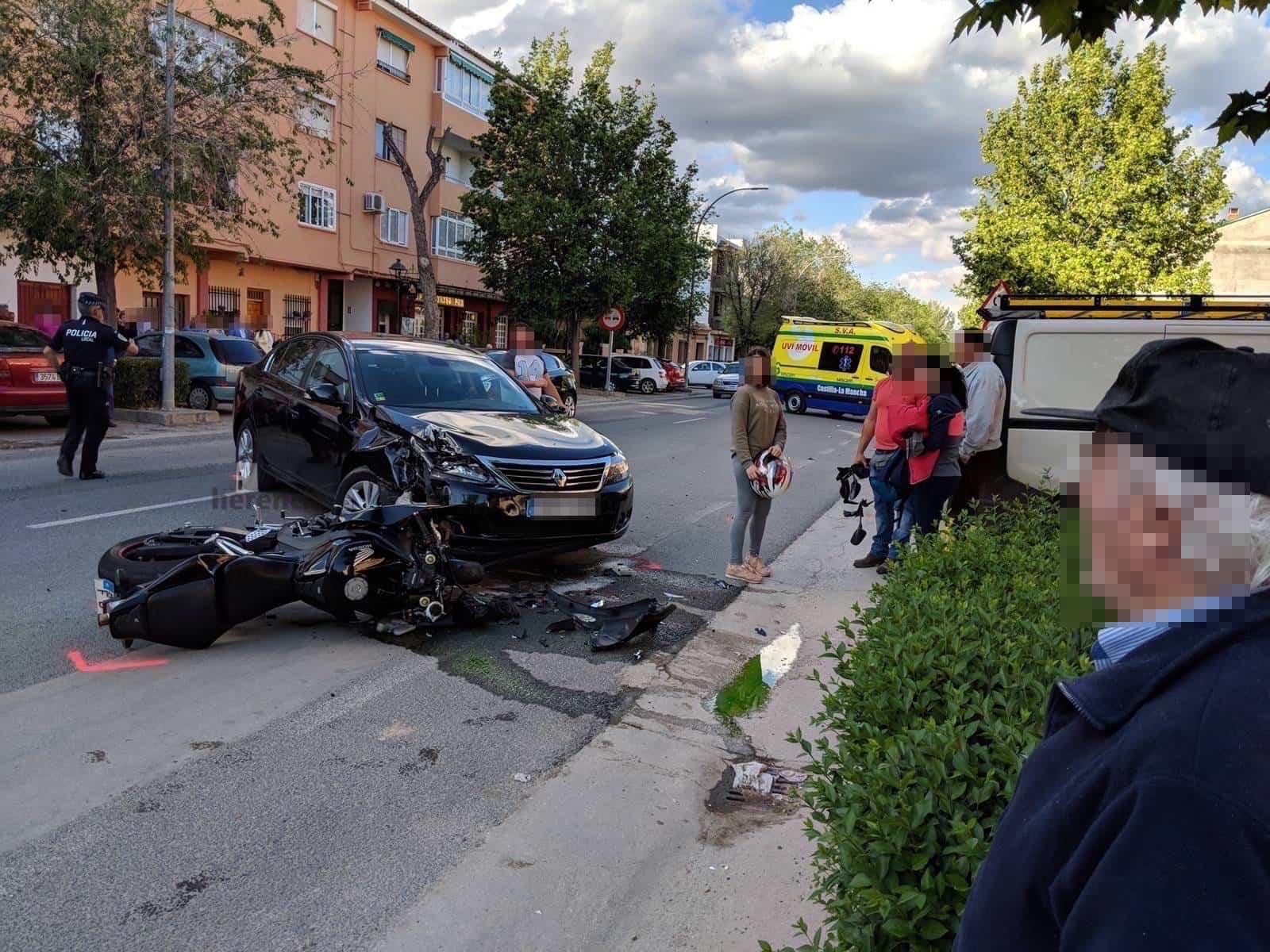 Accidente entre un turismo y una moto en la Avenida de Alcázar de Herencia 6