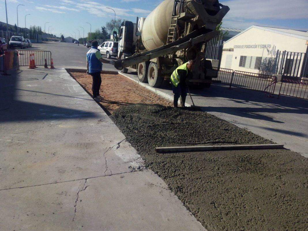 arreglando calles poligono herencia 1068x802 - Obras en algunas calles del polígono industrial de Herencia