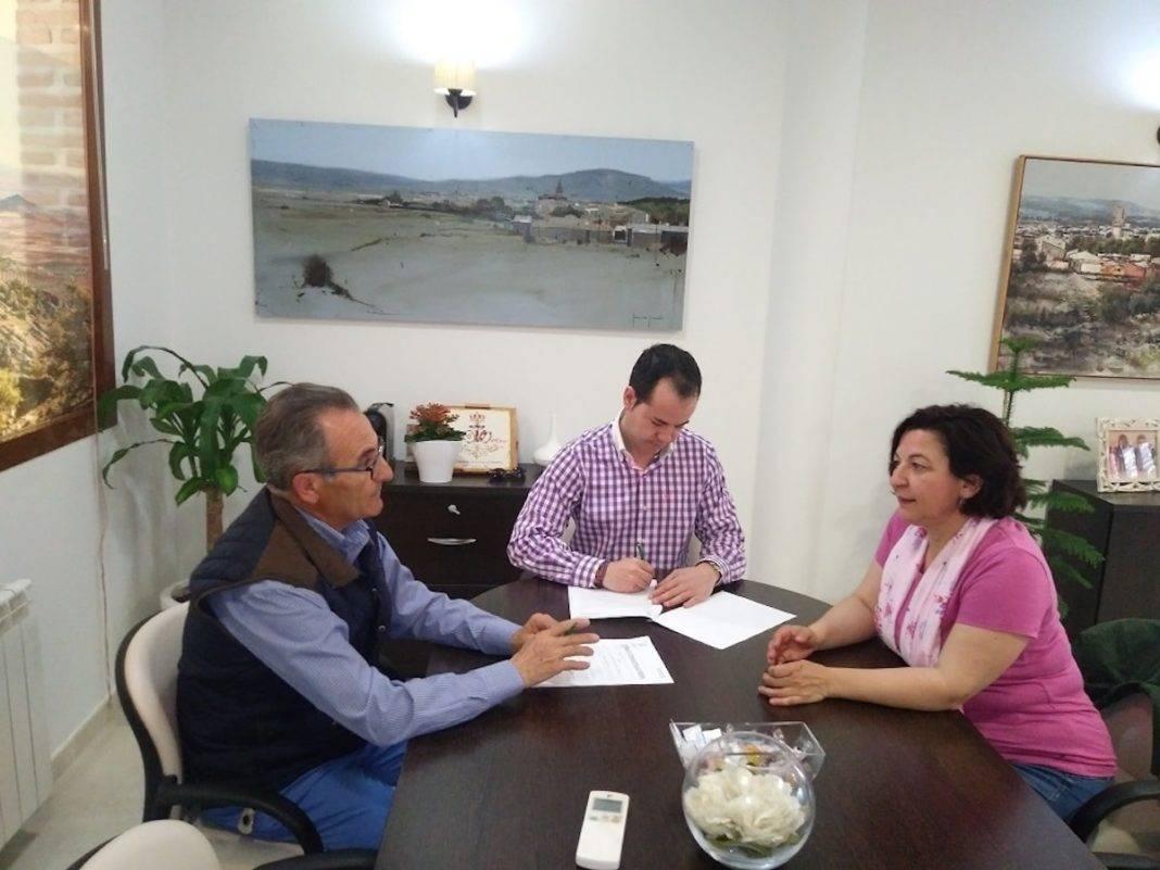 convenio caritas 2018 herencia 1068x801 - Renovado el convenio de colaboración entre el Ayuntamiento y la Asociación Cáritas