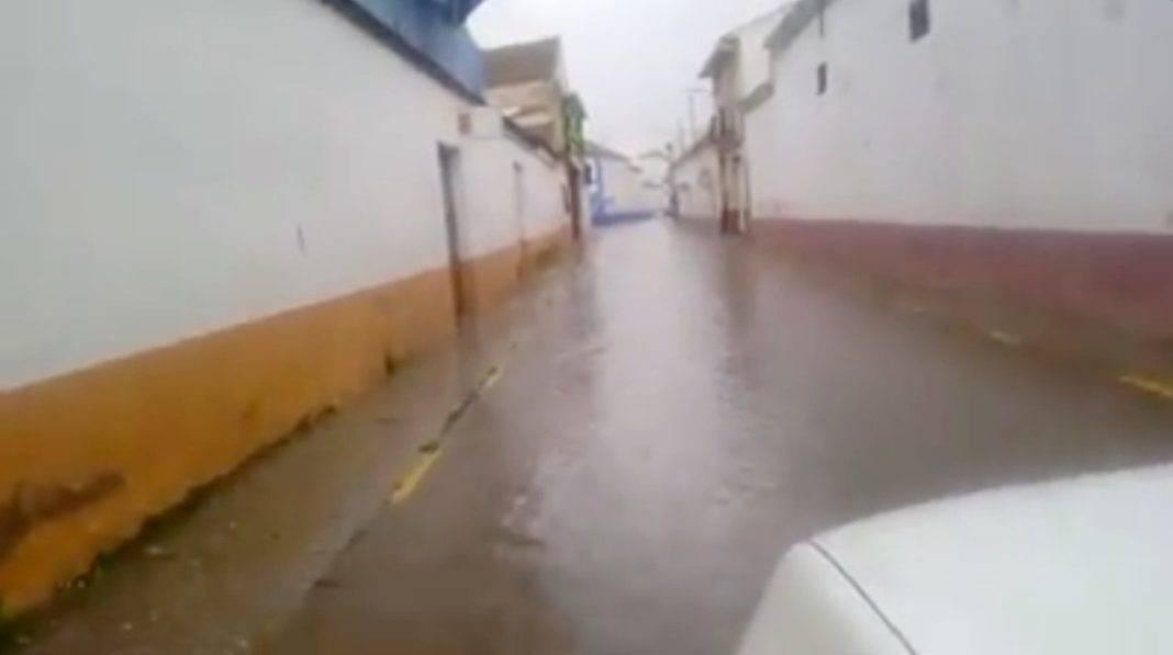 Las tormentas dejan un rio de agua recorre la calle Honda en Herencia 4