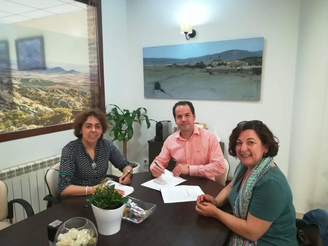 Ayuntamiento y Cruz Roja renuevan el convenio de colaboración 1068x801 - Cruz Roja y Ayuntamiento renuevan su convenio de colaboración