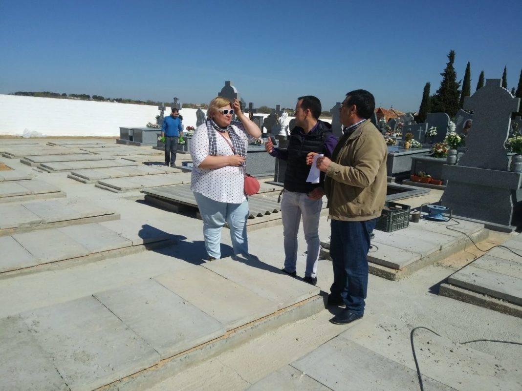 alcalde y concejales en el cementerio de Herencia 1068x801 - El Ayuntamiento mejora la gestión del Cementerio con la instalación de una nueva aplicación informática