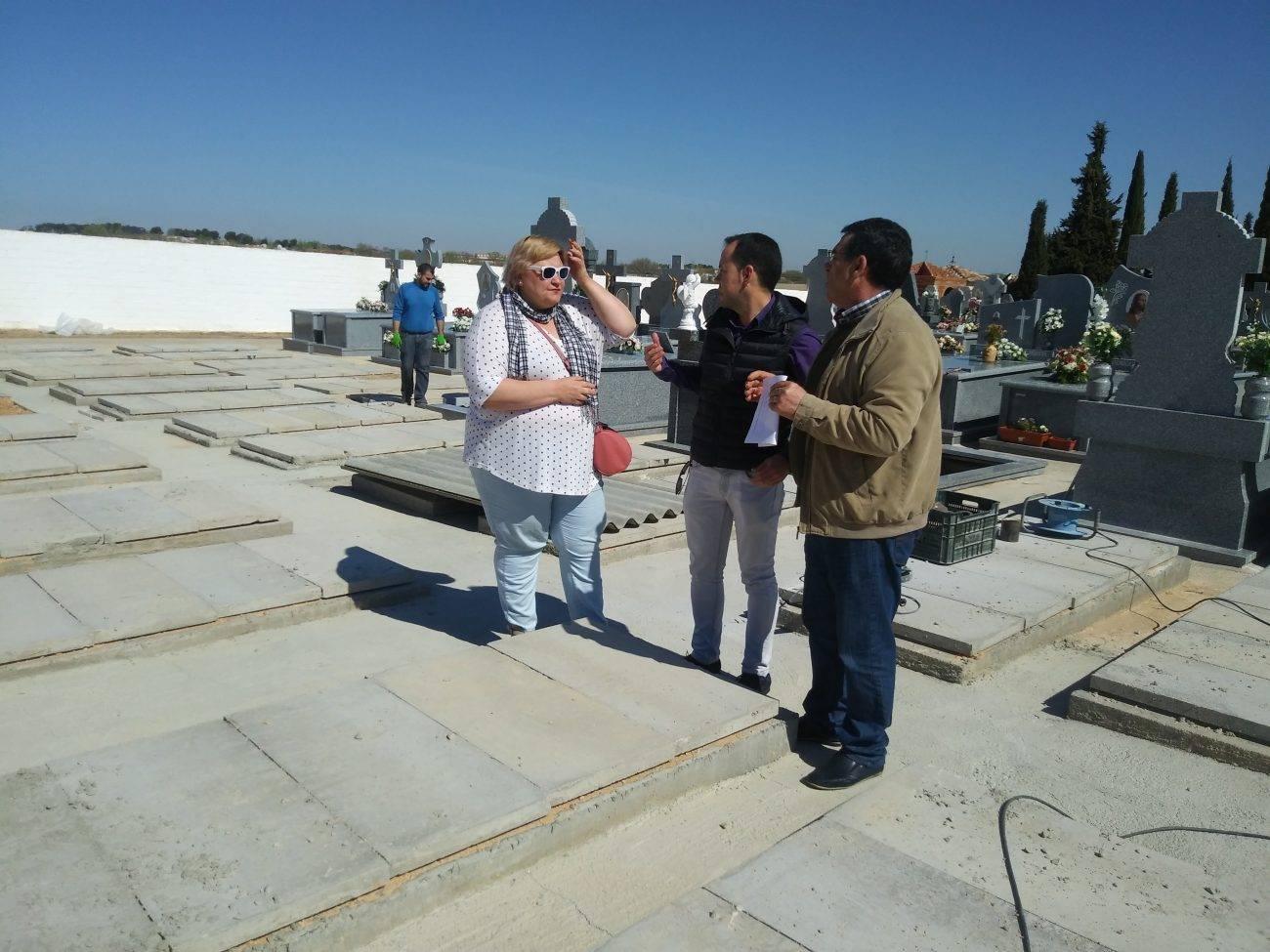alcalde y concejales en el cementerio de Herencia - El Ayuntamiento mejora la gestión del Cementerio con la instalación de una nueva aplicación informática