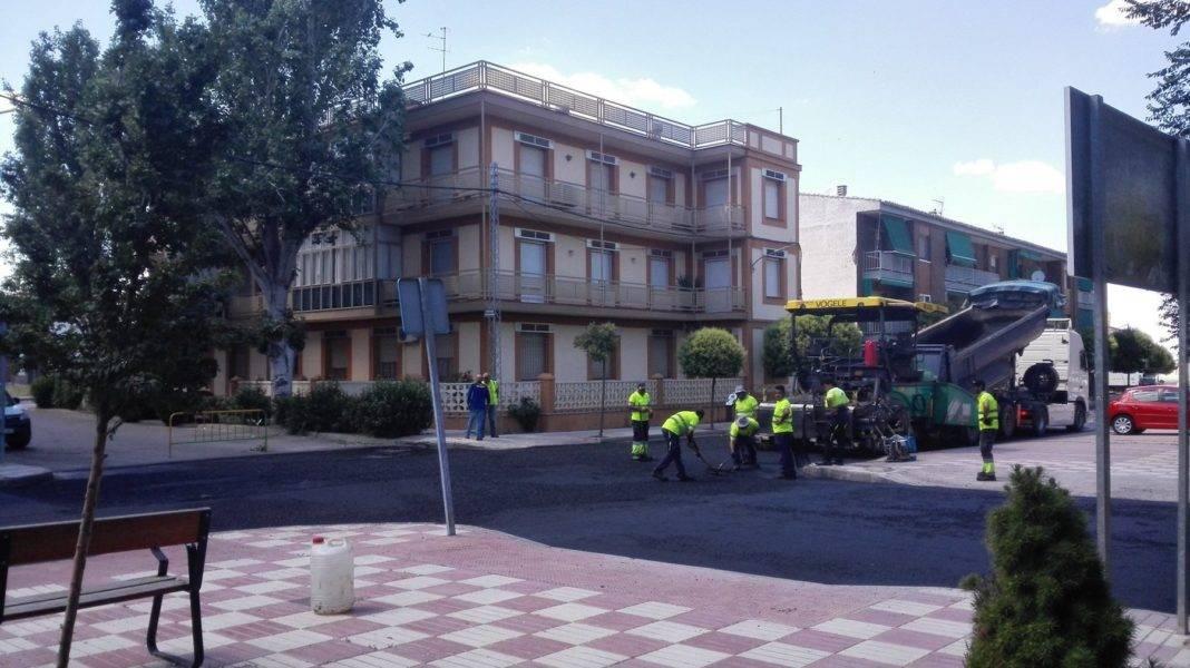 Comienza el asfaltado de la travesía en Herencia 7