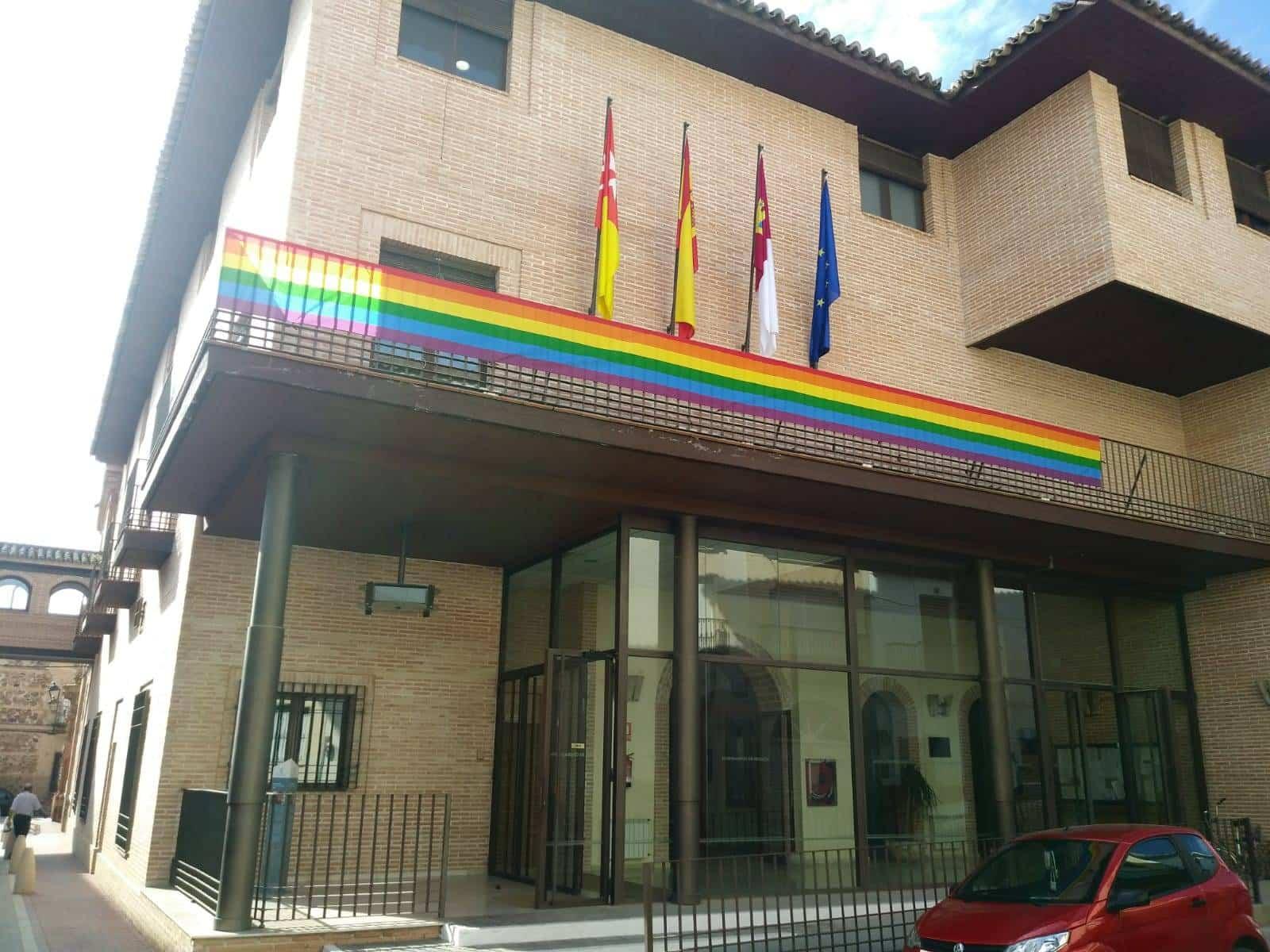 ayuntamiento de herencia con bandera orgullo gay - Herencia se suma por primera vez a la conmemoración del Día Internacional del Orgullo Gay