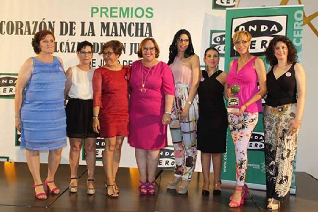 """Olmedo entrega premios Corazón de la Mancha a Las Supernenas 1068x713 - Las Supernenas recogieron su premio de la  XXVI Edición """"Corazón de la Mancha"""""""