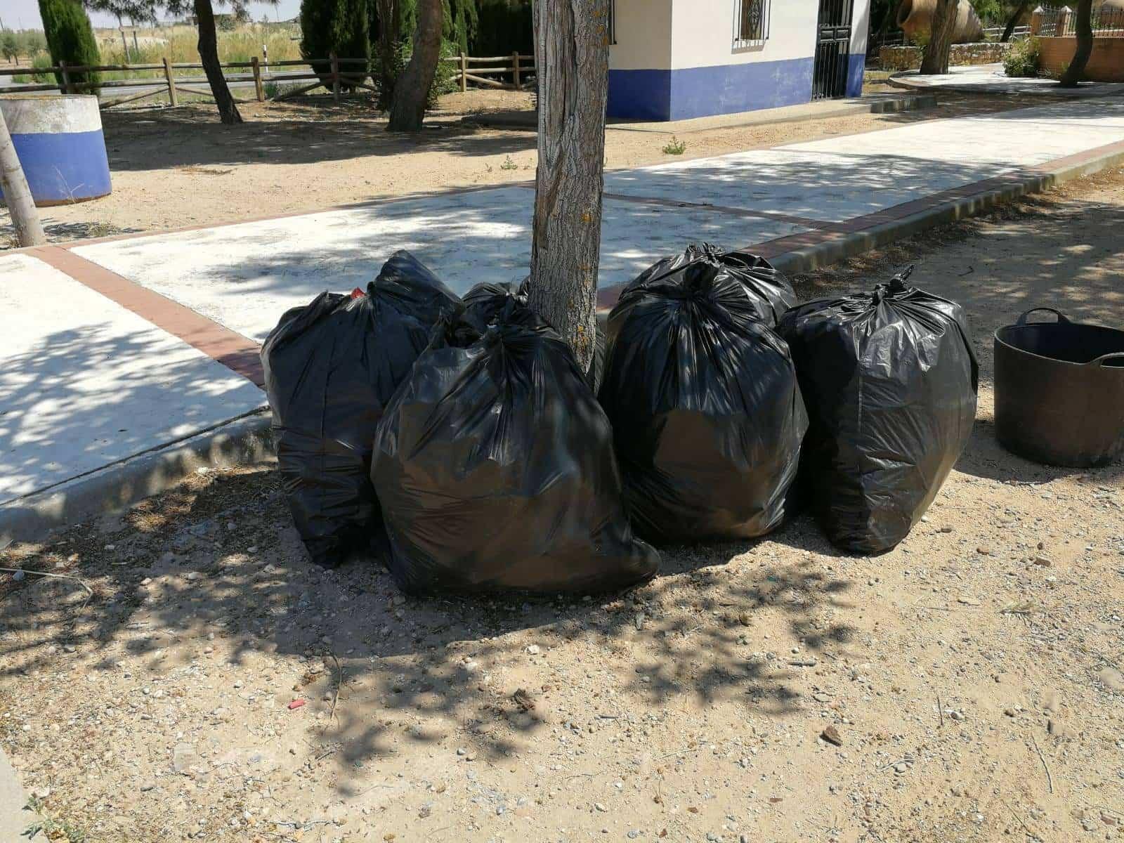 bolsas basura herencia - El Ayuntamiento intensifica la limpieza de calles y zonas verdes