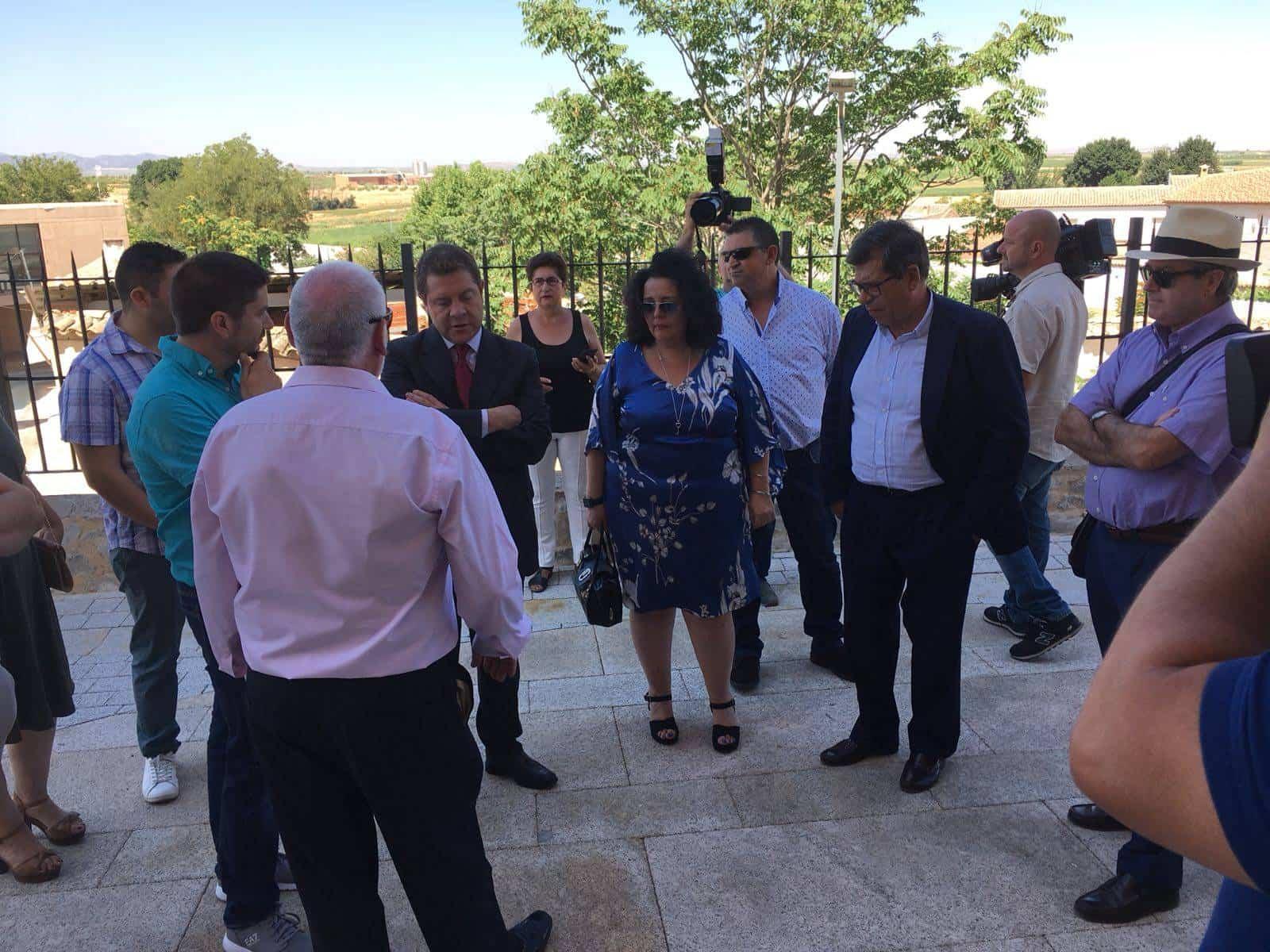 Emiliano García Page inaugura la Plaza Ramón y Cajal diseñada por TrazA2 en Camuñas (Toledo) 1