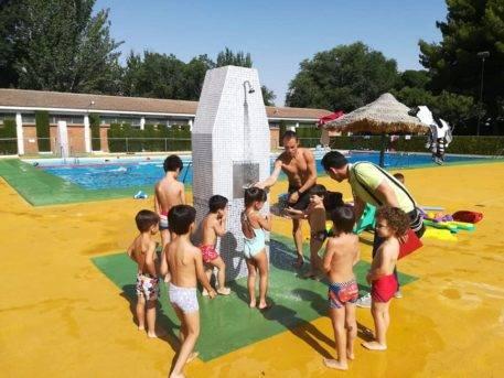 comienzo cursillos agosto 2018 herencia 1 457x343 - Inicio de los cursillos de natación del mes de agosto