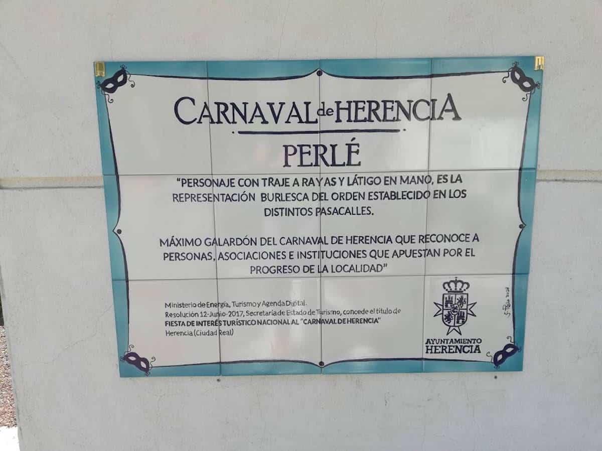 placa estatua perle - El Perlé de la rotonda ya tiene su placa con su significado
