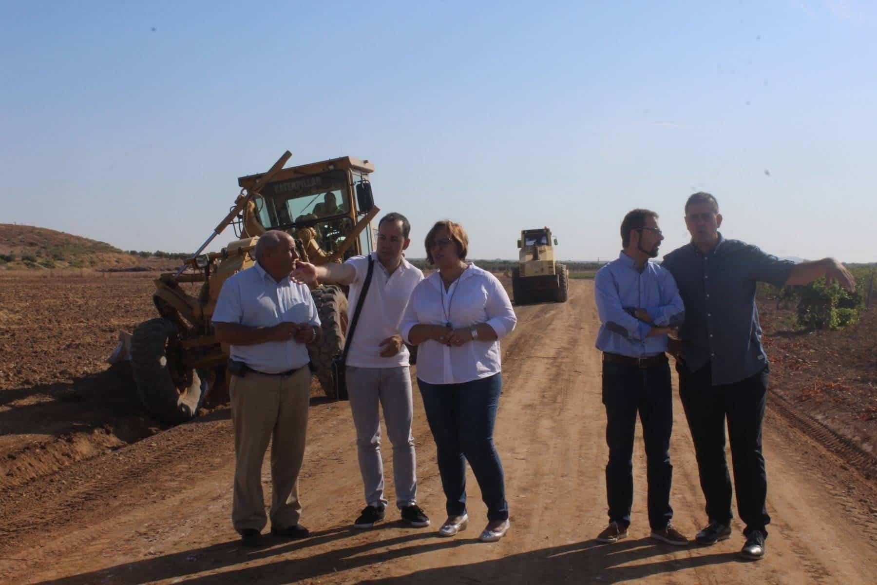 Olmedo inicio obras caminos Herencia - El Gobierno regional acondiciona cinco caminos rurales de Herencia tras reparar la pista polideportiva del colegio Carrasco Alcalde