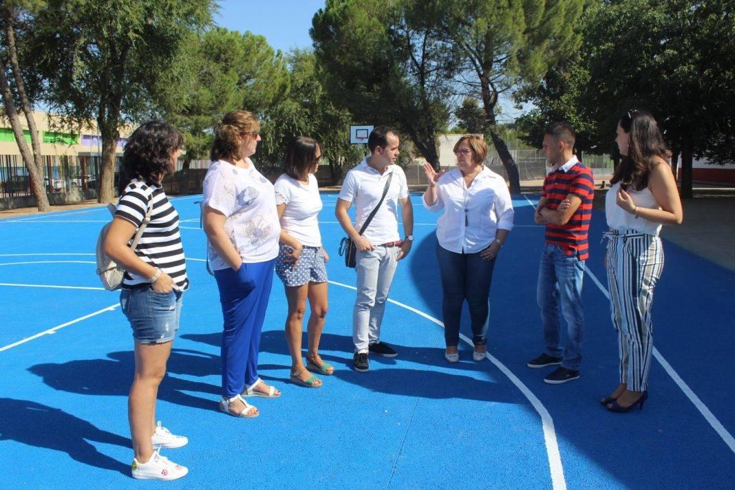 Olmedo visita obras CEIP de Herencia 1068x712 - El Gobierno regional acondiciona cinco caminos rurales de Herencia tras reparar la pista polideportiva del colegio Carrasco Alcalde