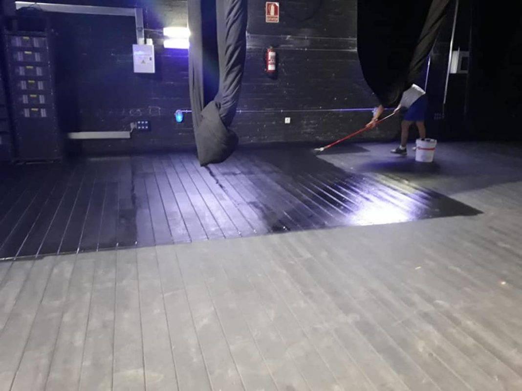pintando suelo escenario auditorio municipal herencia 1 1068x801 - El Auditorio Municipal de Herencia se pone a punto para la nueva temporada