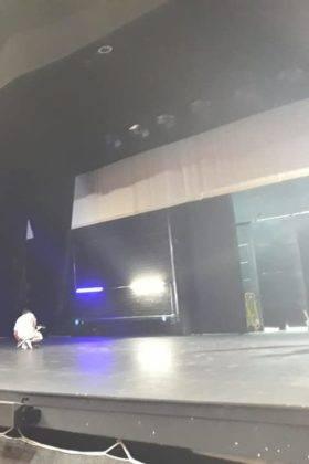 pintando suelo escenario auditorio municipal herencia 3 280x420 - El Auditorio Municipal de Herencia se pone a punto para la nueva temporada