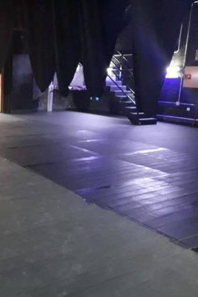 pintando suelo escenario auditorio municipal herencia 4 280x420 - El Auditorio Municipal de Herencia se pone a punto para la nueva temporada