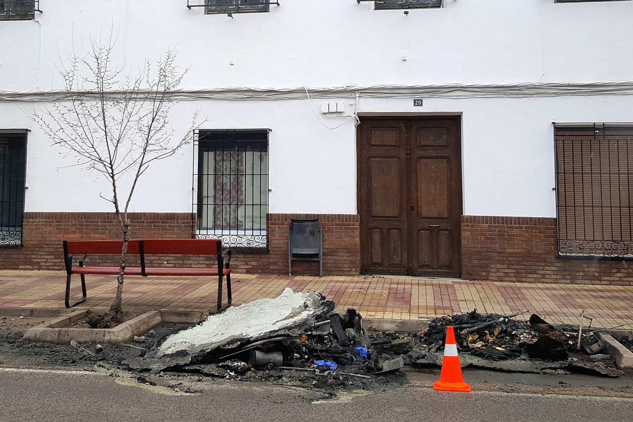 20181030 Cenizas y restos de lumbre en los contenedores - Comsermancha recuerda el riesgo de tirar las cenizas y brasas en los contenedores