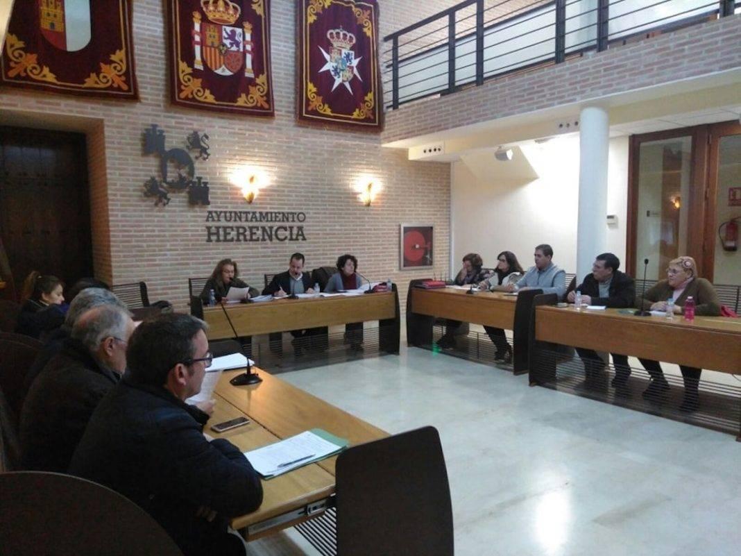 Pleno municipal herencia octubre 2018 1068x801 - Herencia aprueba unos presupuestos que garantizan el crecimiento empresarial y el apoyo a la Agricultura