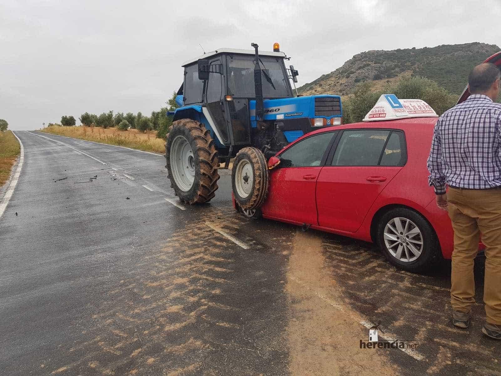 accidente tractor turismo herencia villarta de san juan 1 - Accidente con heridos en la carretera que une Herencia y Villarta de San Juan