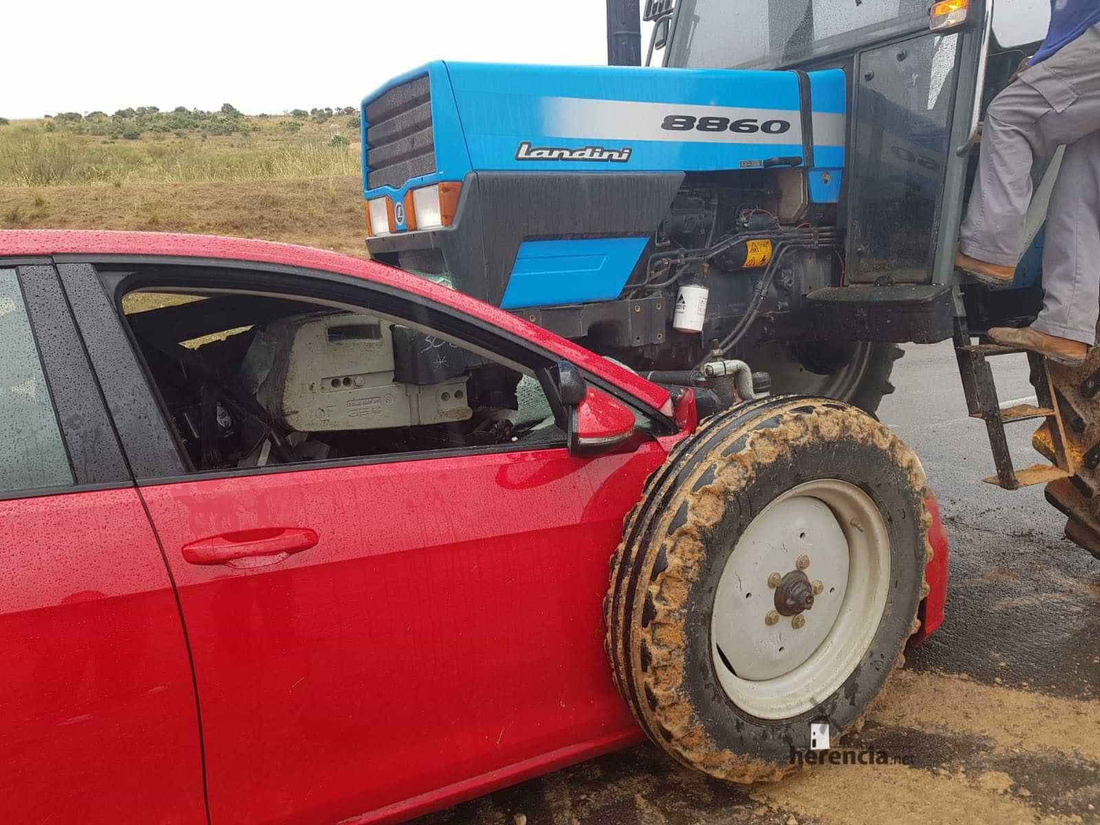 accidente tractor turismo herencia villarta de san juan 2 - Accidente con heridos en la carretera que une Herencia y Villarta de San Juan