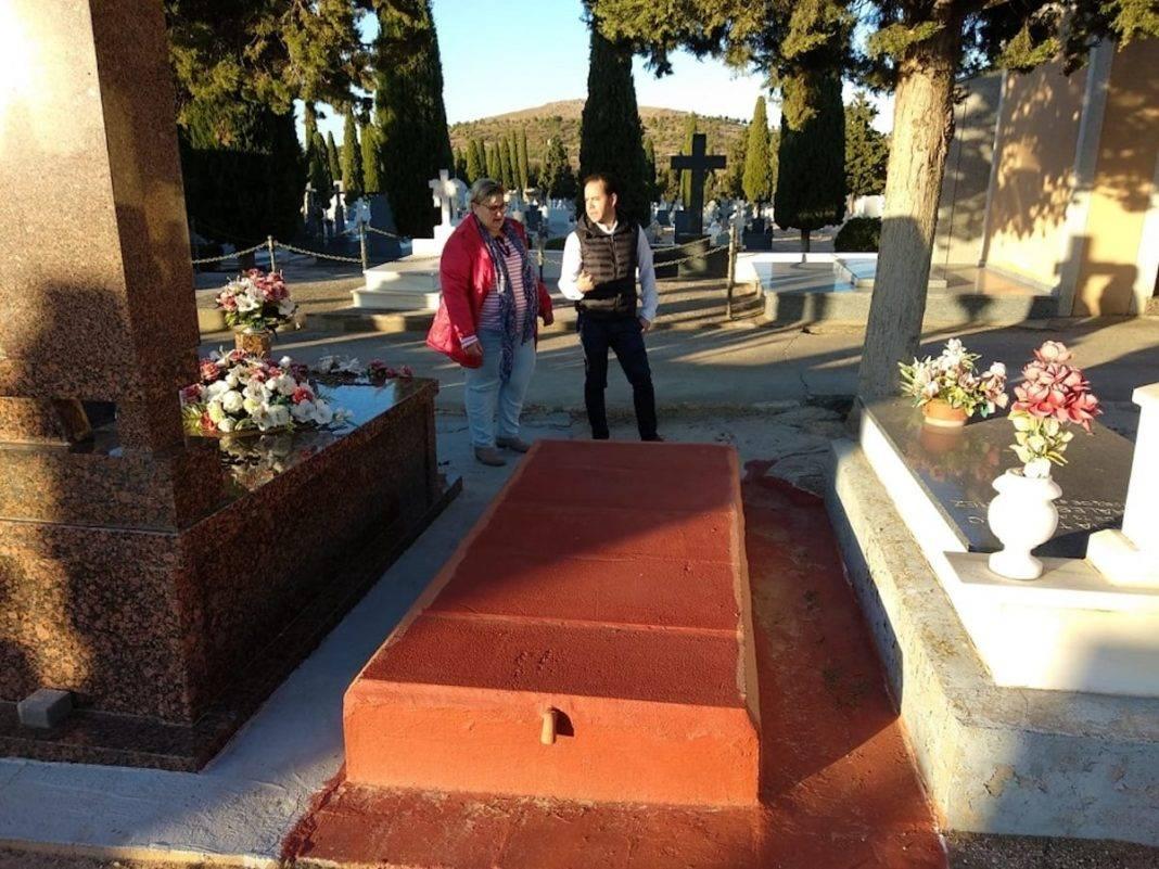 cementerio de herencia alcalde concejales 1068x801 - Servicio de autobús al cementerio por el Día de Todos Los Santos