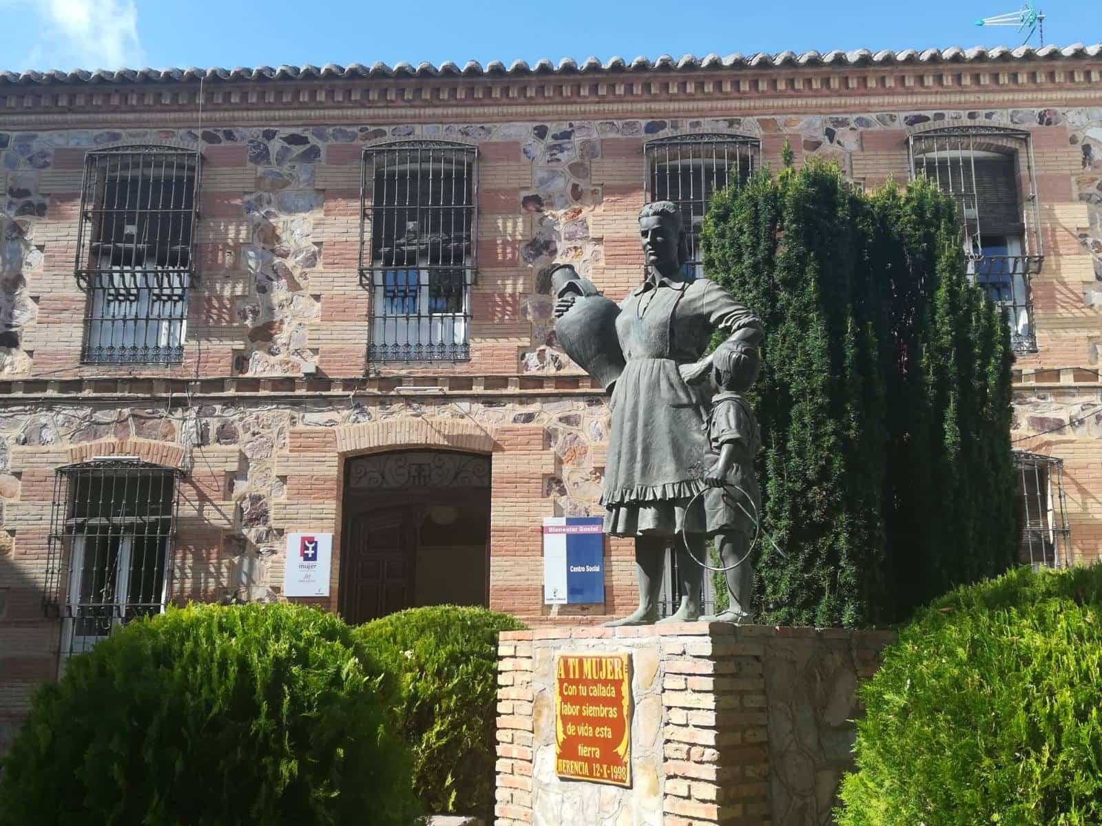 escultura de la mujer herencia - Conmemoración del Día Internacional de la Mujer Rural en Herencia