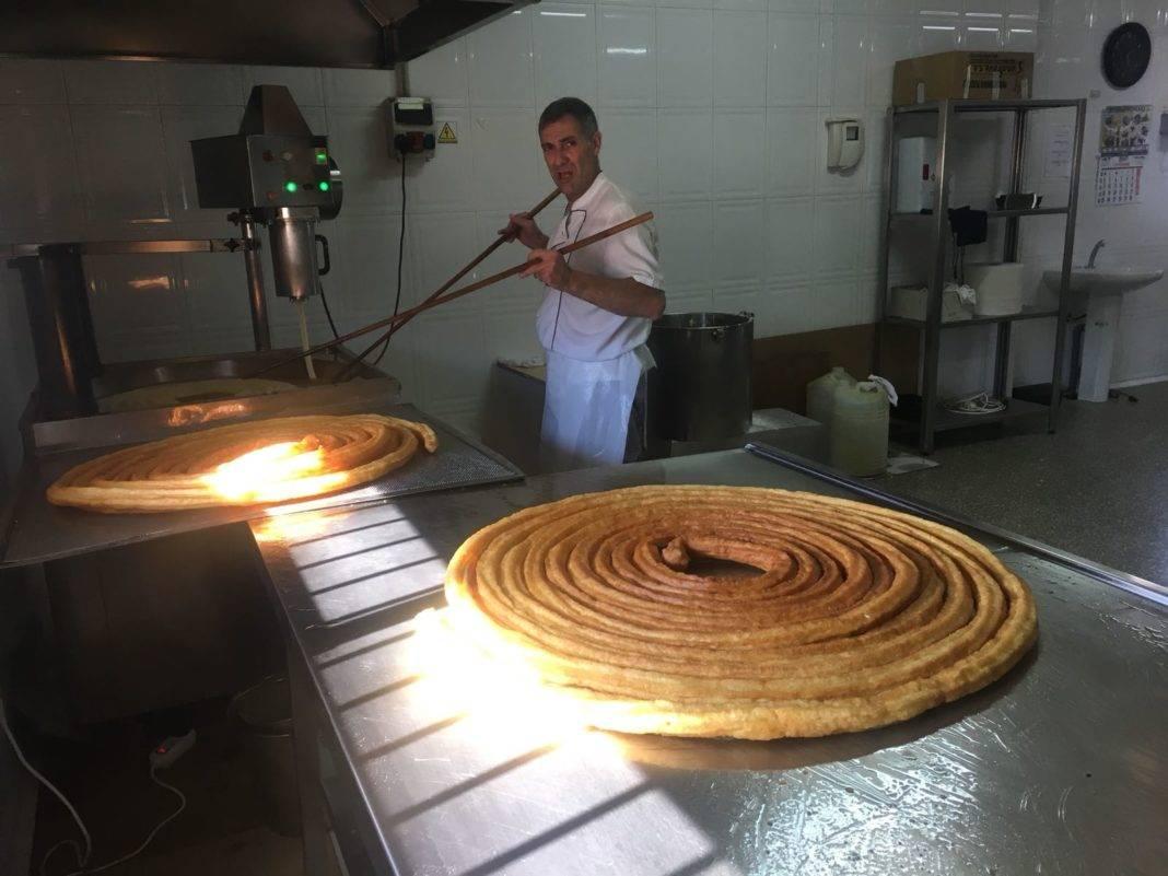 haciendo porras en churreria perez 1068x801 - Visita a Churrería Pérez en Herencia dentro del plan de crecimiento empresarial