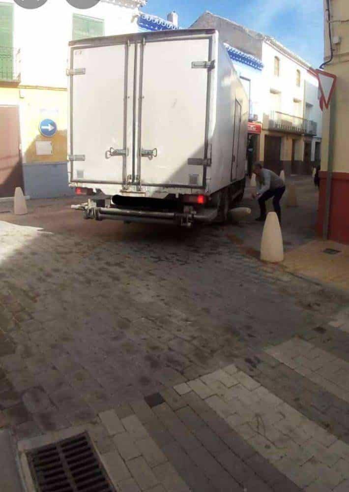Camión provoca un atasco por los nuevos bolardos de Herencia 2