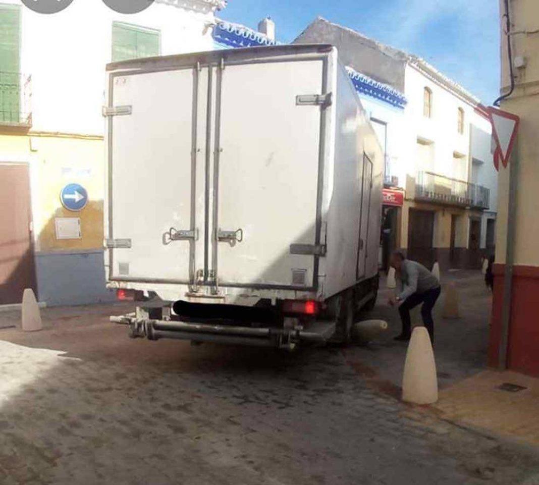 Camión provoca un atasco por los nuevos bolardos de Herencia 5