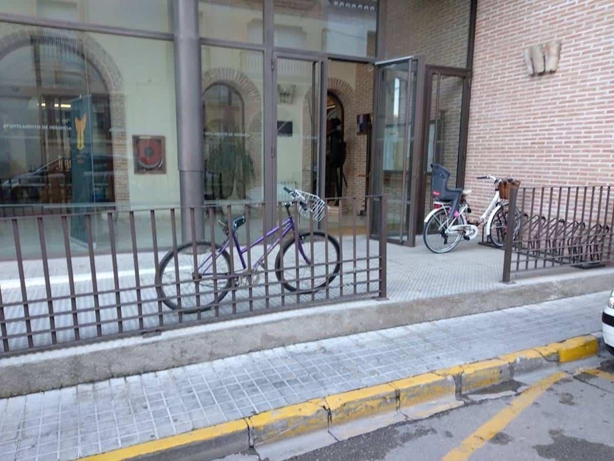 bicicletas en puerta ayuntamiento de herencia - Herencia se quiere sumar la movilidad sostenible con un proyecto de carril bici