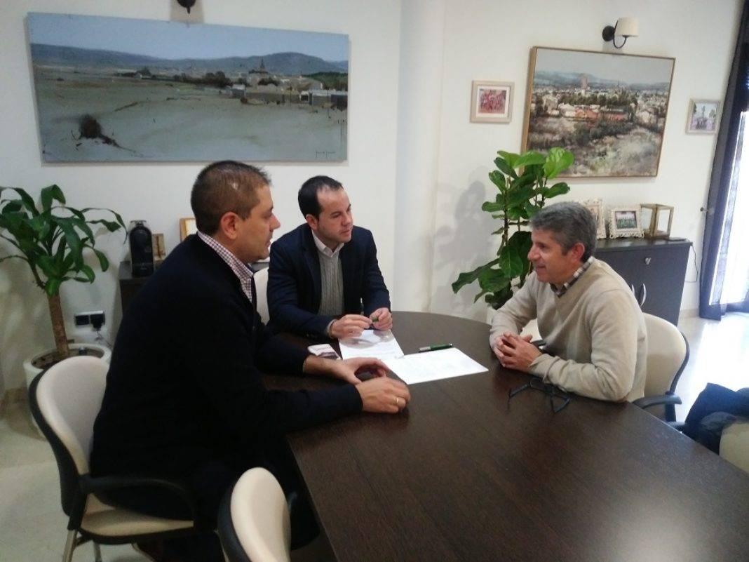 """reunio ayuntamiento cooperativa montes norte 1068x801 - Firmado un convenio con la almazara """"La Encarnación"""" para lograr mejoras sociales"""