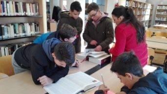 Alumnos del seminario menor mercedario en la biblioteca