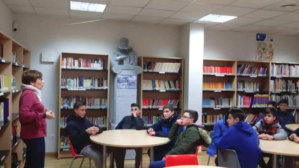 Alumnos del seminario menor mercedario en la biblioteca1 - Alumnos del seminario menor mercedario aprenden como funciona la biblioteca