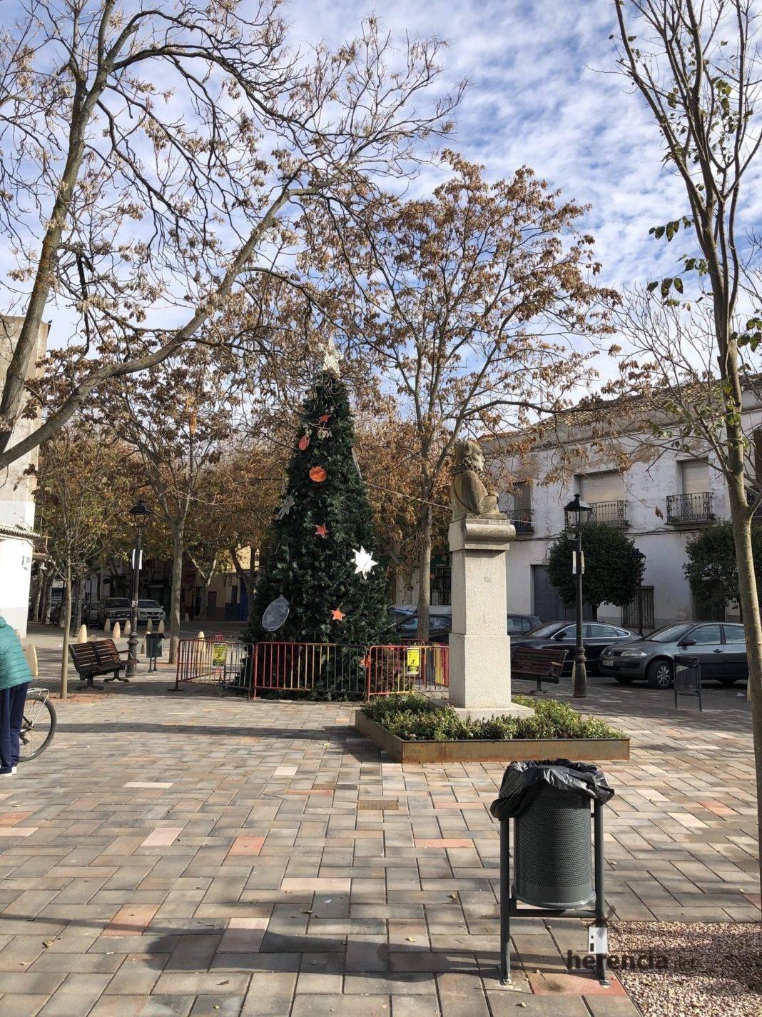 Un gran árbol de navidad en la Plaza Cervantes de Herencia 5