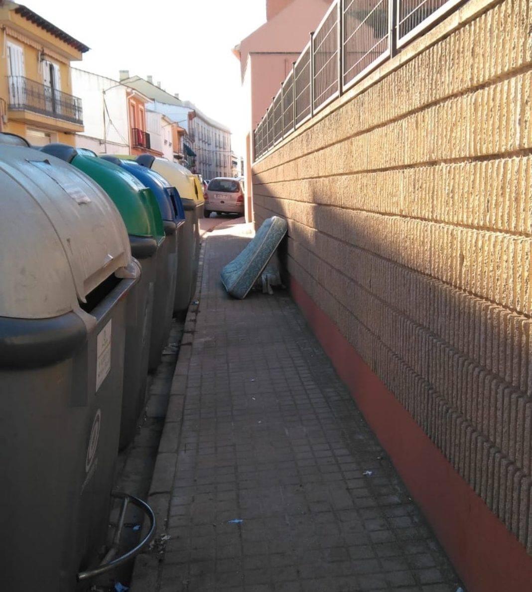 basura en las calles de herencia ciudad real 2 1068x1188 - La vía pública no es para dejar colchones o muebles, campaña Cuida tu Herencia